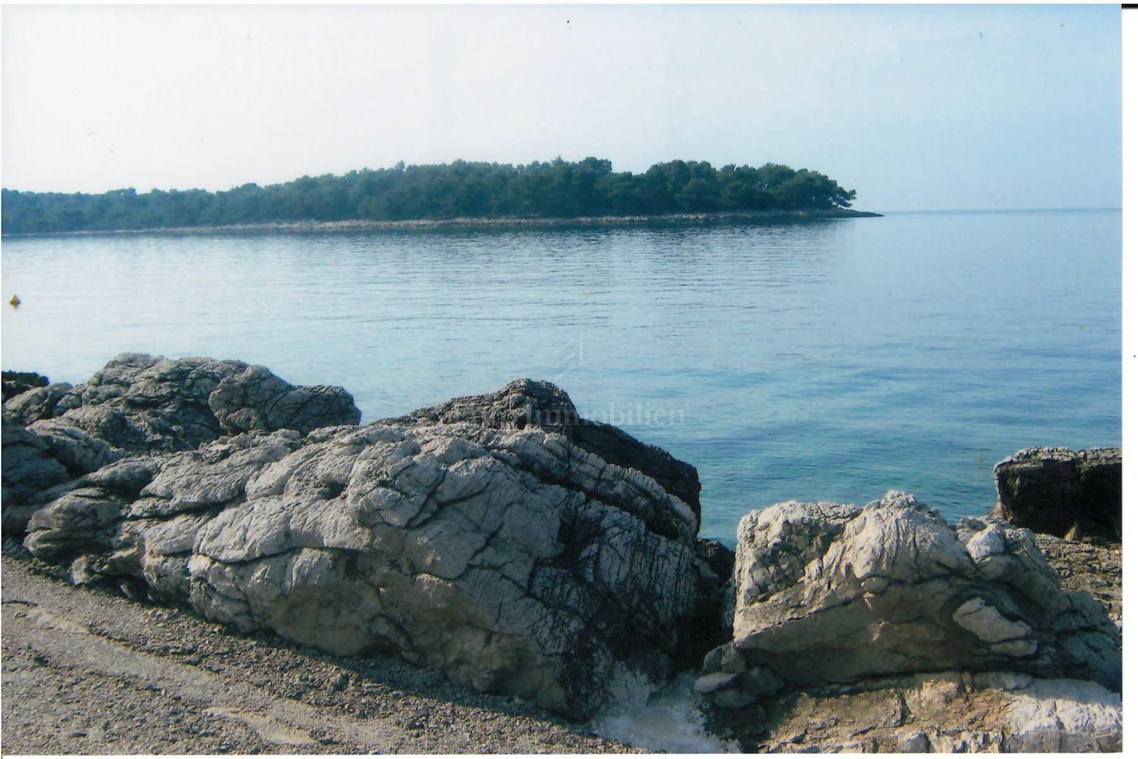 Zemljište u prvom redu do mora na prekrasnoj lokaciji