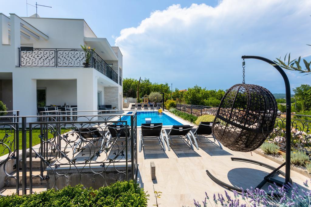 Luksuzna vila sa prekrasnim pogledom 200 m do mora
