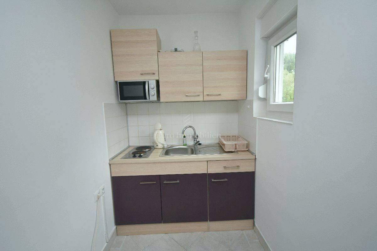Prvi red do mora! Renovirana kuća s garažom i velikom okućnicom u Malinskoj!