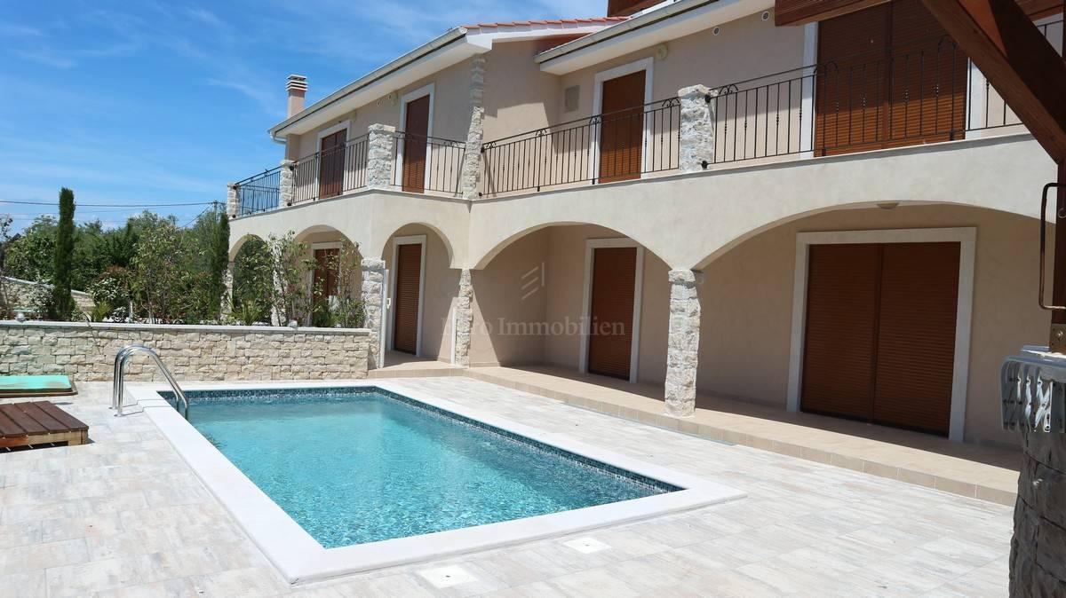 Okolica grada Krka! Prodaja kamene vile s bazenom