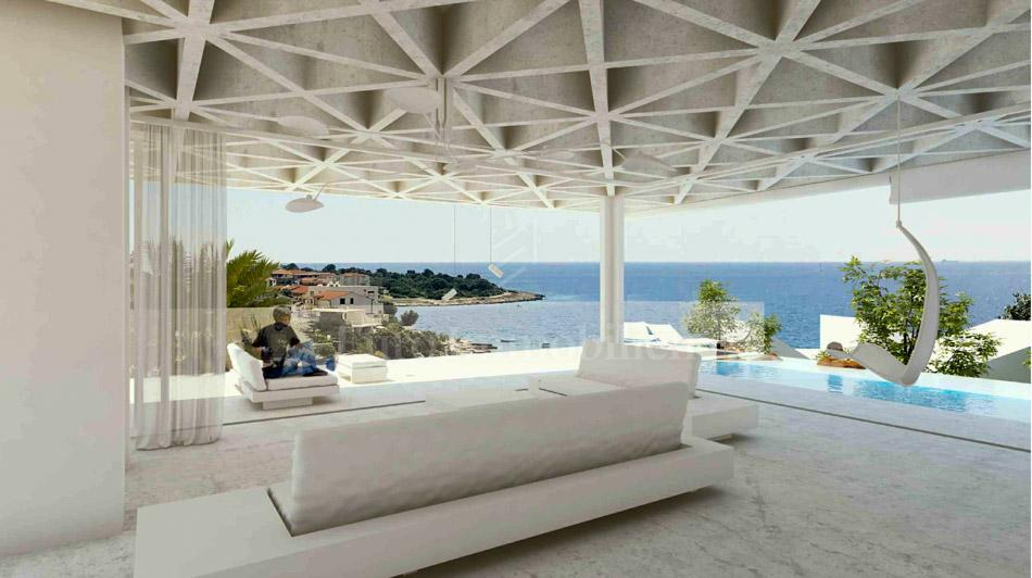 Luxury villa with pool, first row to the sea!