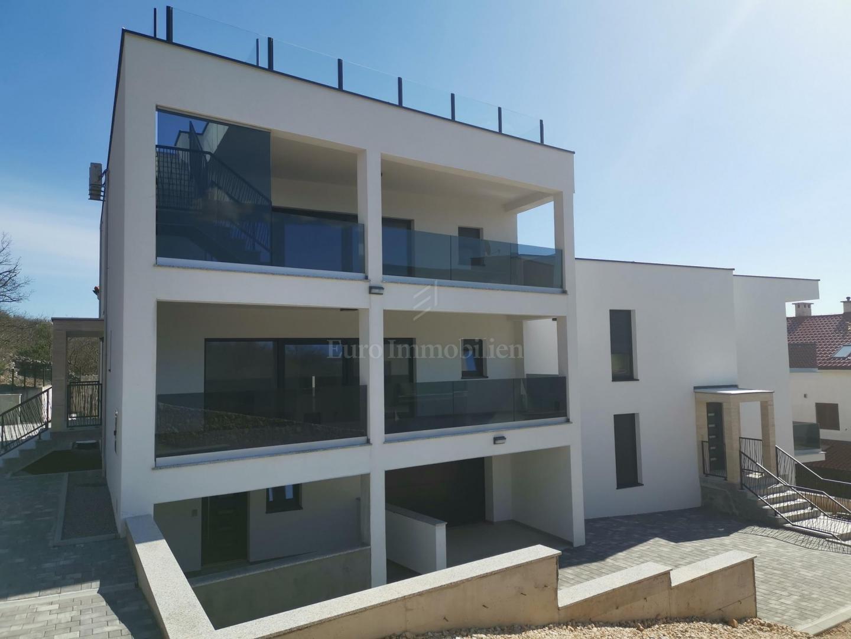 Apartman u prizemlju atraktivne novogradnje, blizina plaže