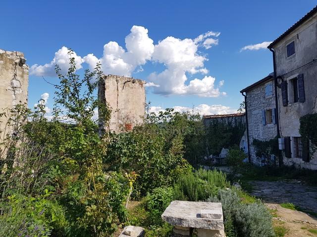 Dvije ruševne kuće sa pogledom na more, blizu slovenske granice