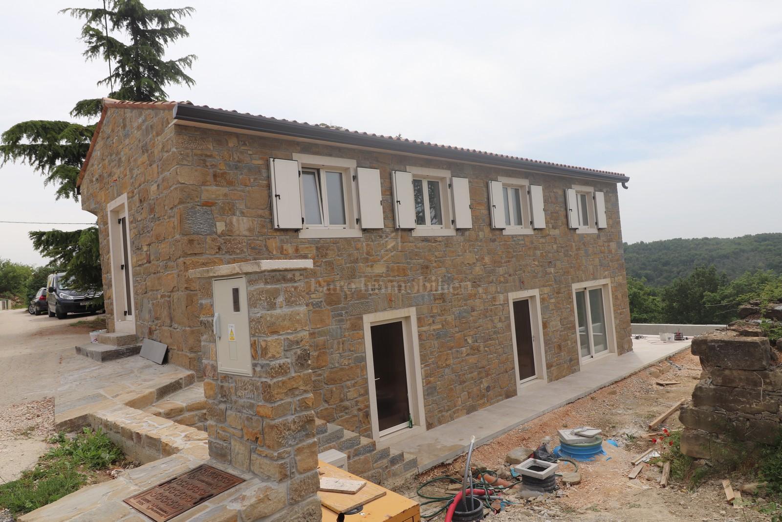 Renovirana samostojeća kamena kuća s bazenom na izuzetno mirnoj lokaciji, pogled more