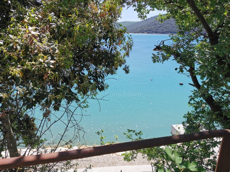 Kamena kućica u romantičnoj morskoj priči