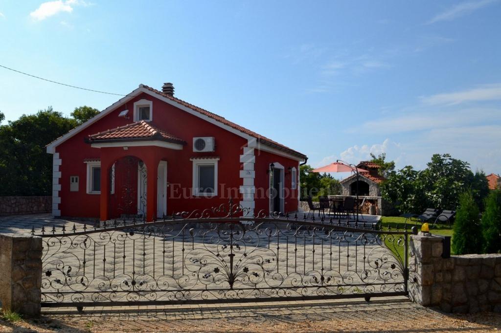 Kuća s okućnicom potpuno opremljena