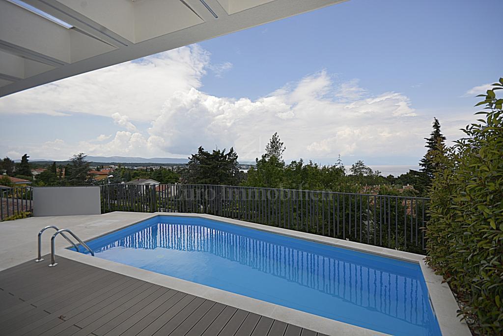 Moderna ljepotica s bazenom i uređenom okućnicom 200 m od mora
