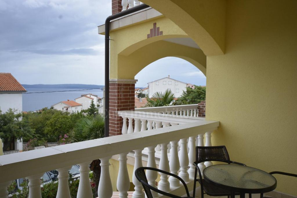 Detached house with a three bedroom apartment and 17 rooms for rent-established