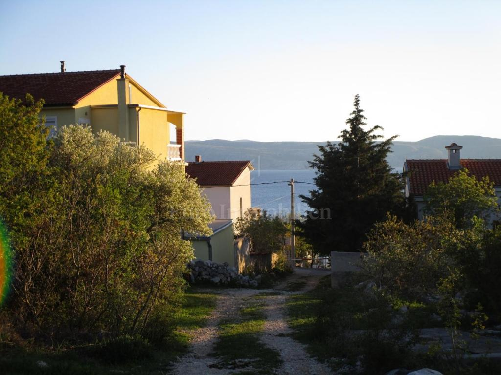 Samostojeća kuća sa trosobnim stanom i 17 soba uhodanih za najam