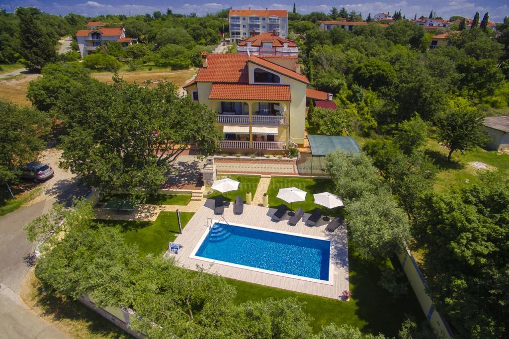 Prekrasna apartmanska kuća s bazenom i okućnicom