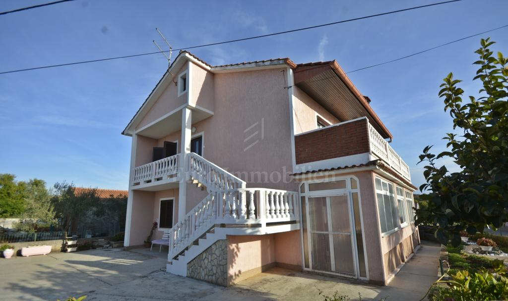 Detached house with two apartments and garden