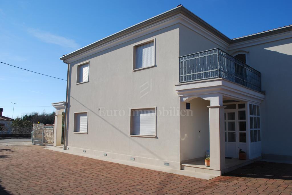 Lijepa kuća sa četiri apartmana 300 m od mora