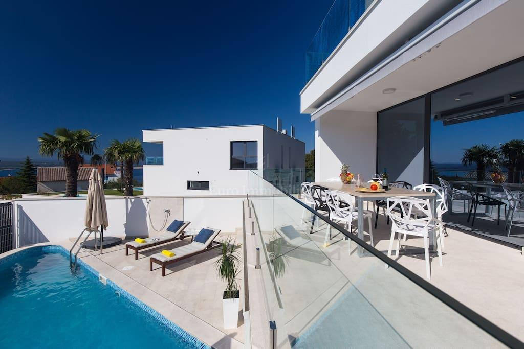 Beautiful villa with two pools, sauna and garage, 400 m from the sea