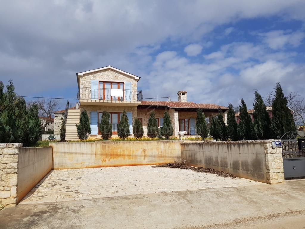 Kamena kuća s dva apartmana i velikim vrtom