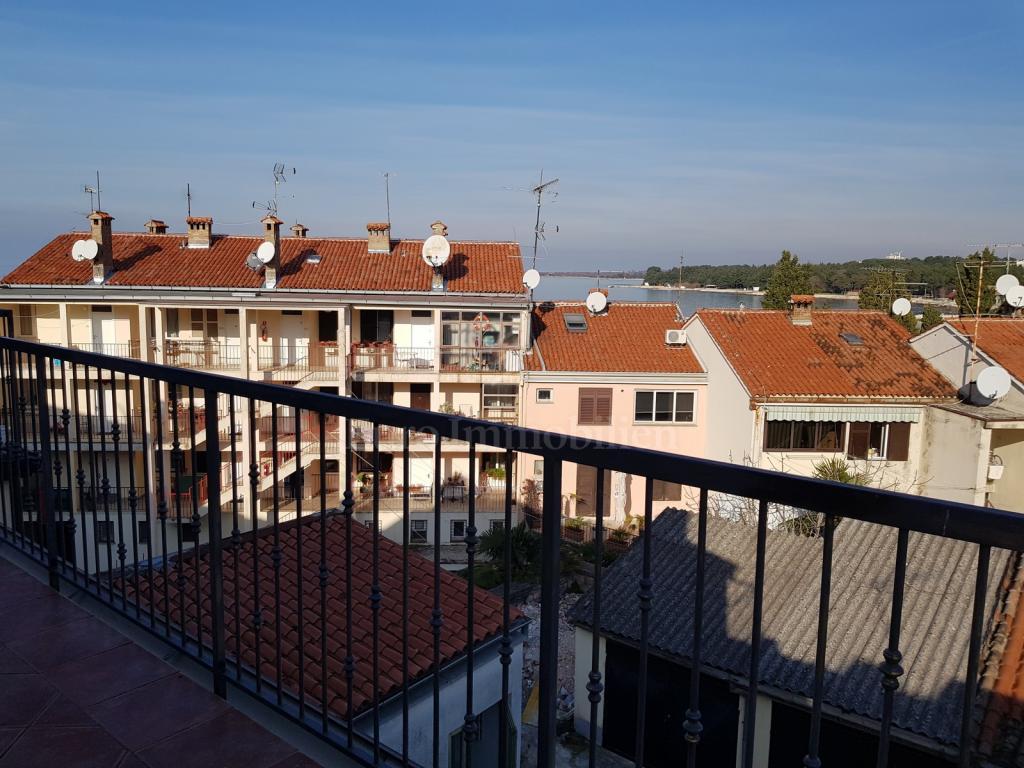 Renovirani dvoetažni apartman u centru grada