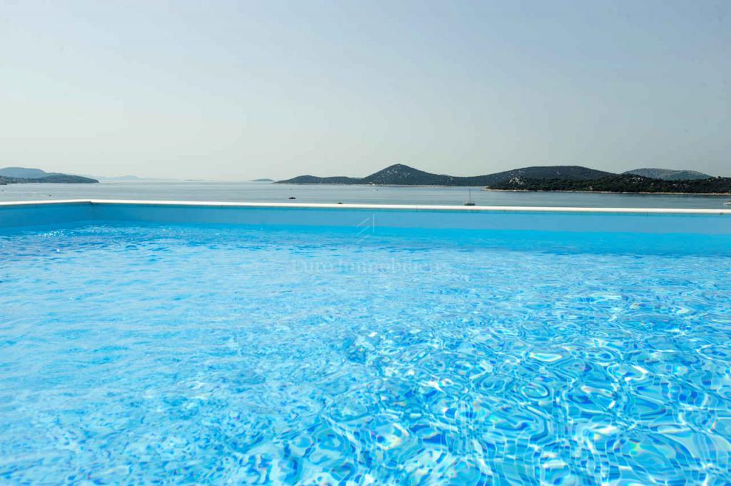 Unglaubliches Penthouse mit Blick auf das Meer und die Olivenhaine