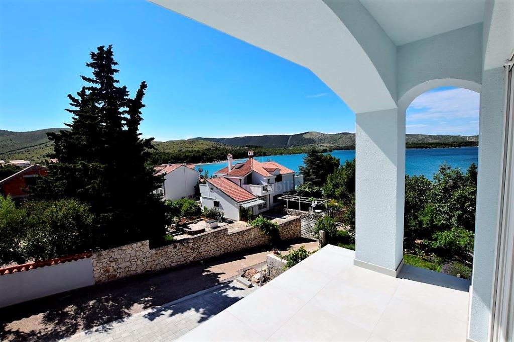 Apartman u novogradnji s vrtom i pogledom na more