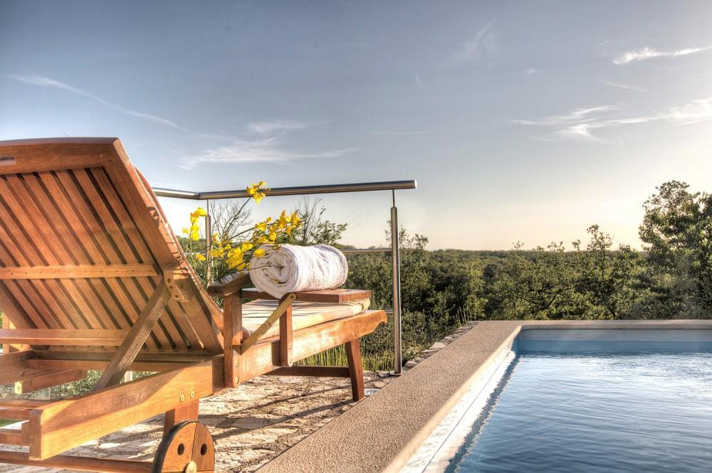 Jedinstvena nekretnina - kamena villa s bazenom