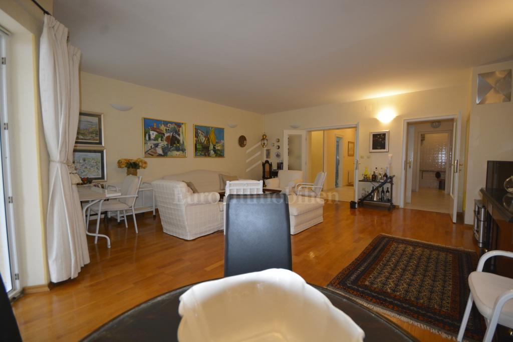 Prostrani apartman na izuzetnoj lokaciji u Ičičima