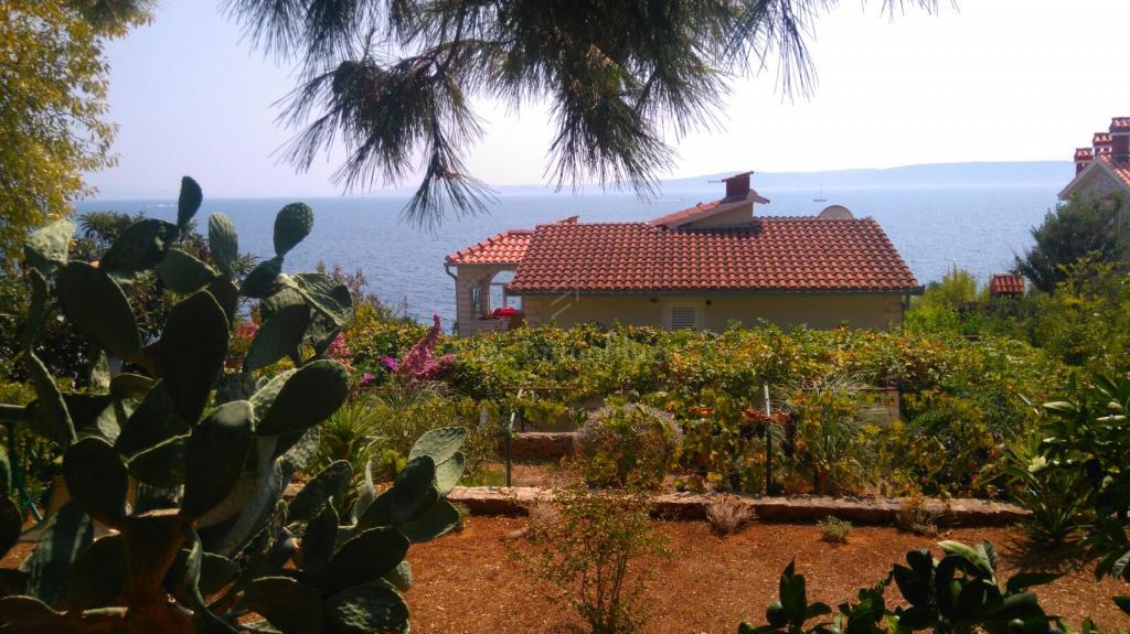 Kuća na moru sa prostranom okućnicom