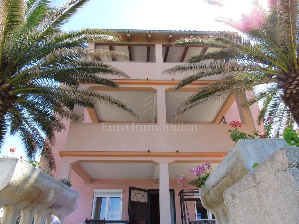 Einfamilienhaus mit sechs Wohnungen, erste Reihe zum Meer!