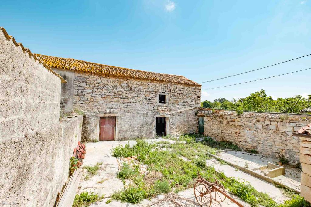 Mirna lokacija! Kamena kuća za renovaciju sa idejnim rješenjem!