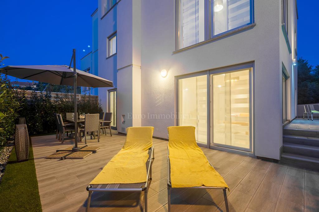 Moderno dizajnirana dvojna kuća u blizini plaže i centra Malinske!