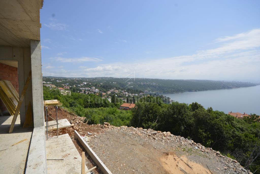 Novogradnja! Prostrani apartman s bazenom i panoramskim pogledom na more!