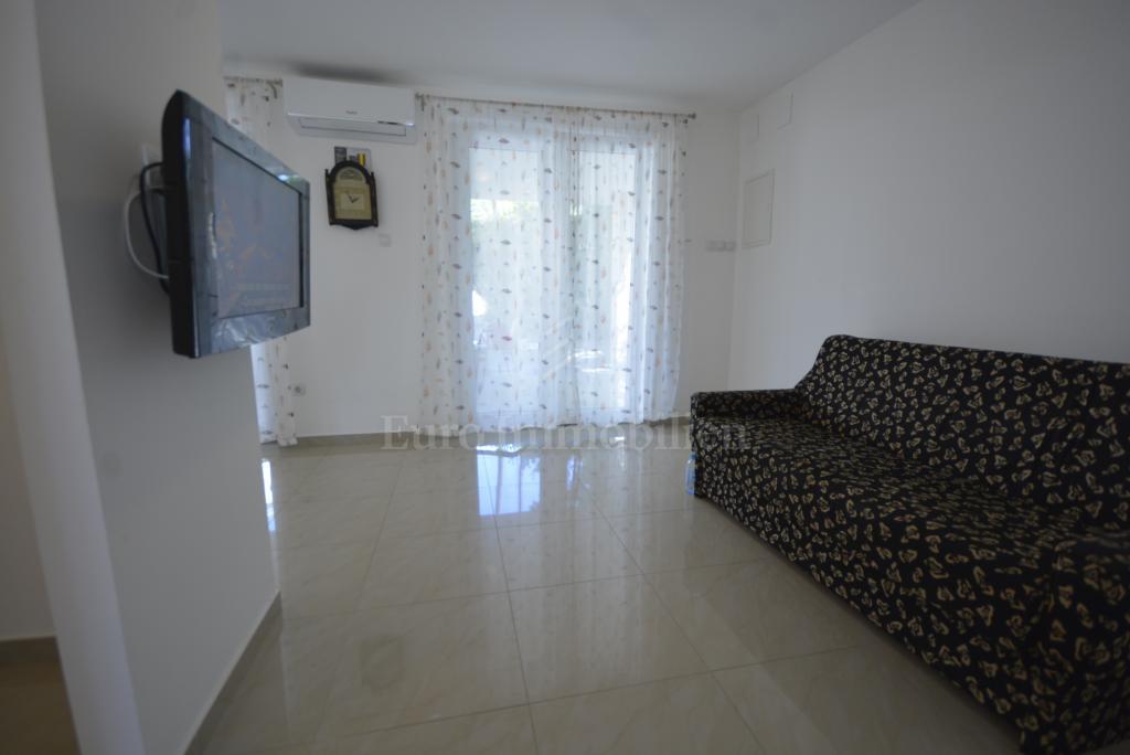 Prodaje se samostojeća kuća sa dva apartmana u centru Malinske