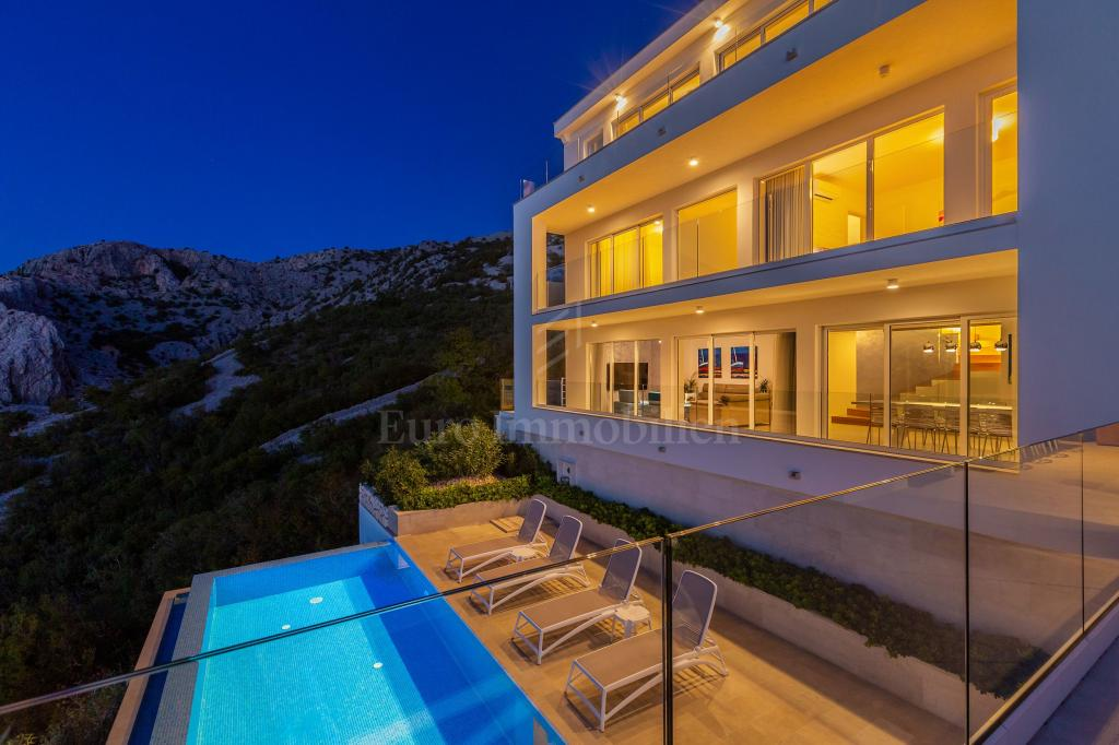 House with stunning view!