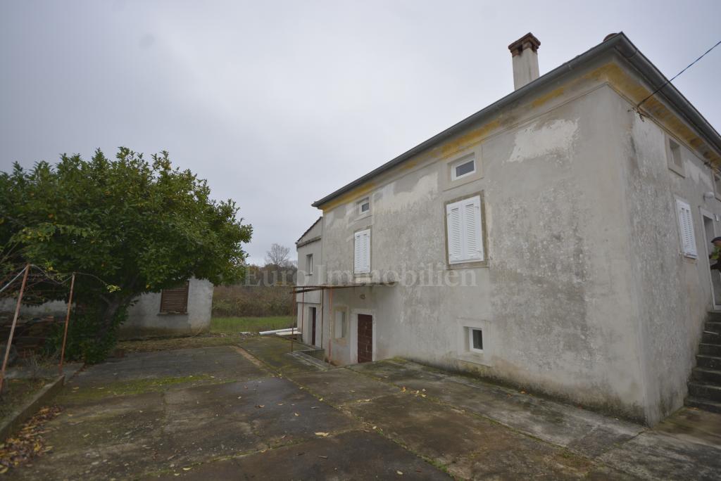 Kuća sa parcelama na mirnoj lokaciji