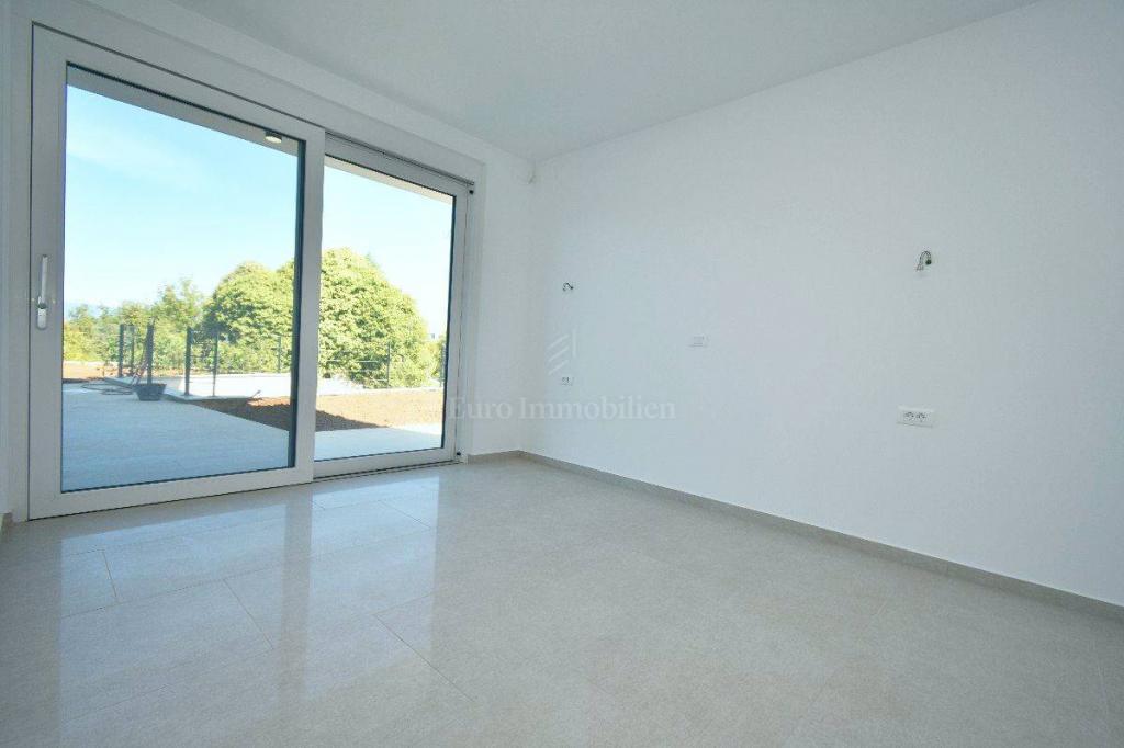 Atraktivan apartman u prizemlju moderne zgrade!Bazen i okućnica,Malinska!