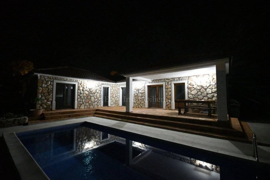 Lijepa kamena kuća sa puno okućnice i bazenom! Dobrinj, otok Krk!