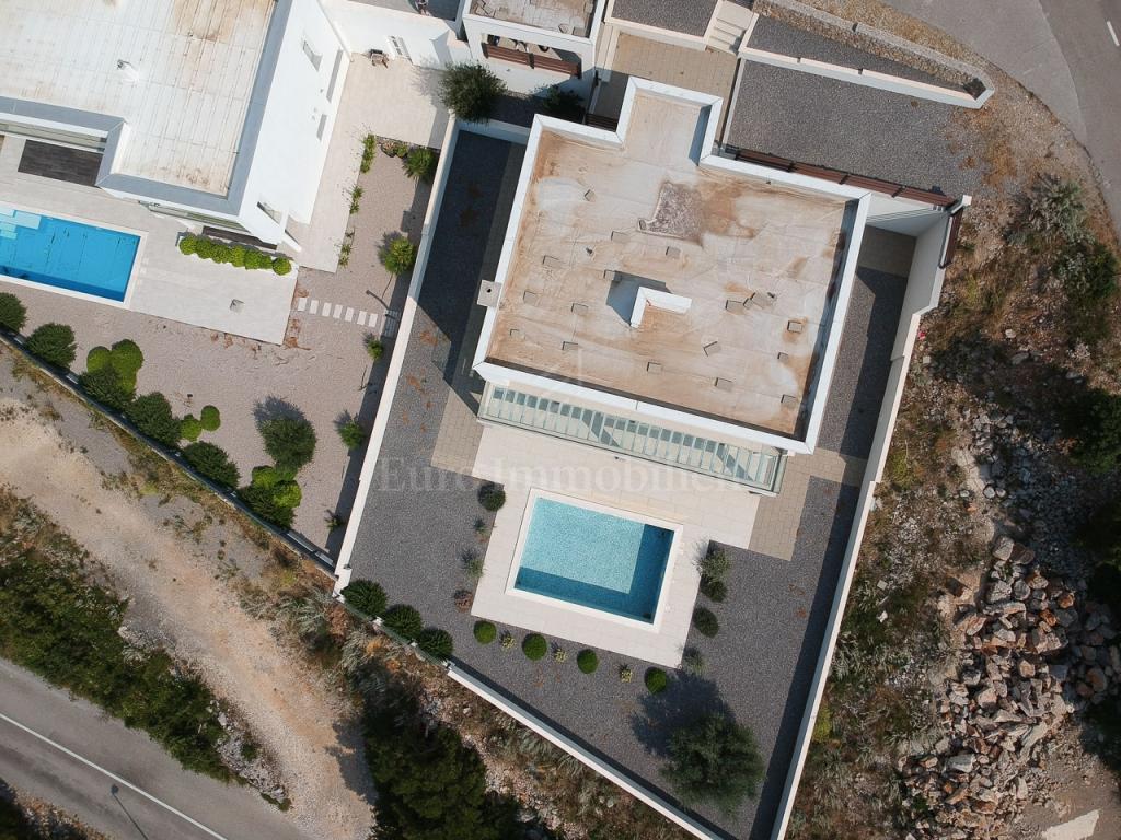 Klenovica, obiteljska novogradnja s bazenom, 250 m2