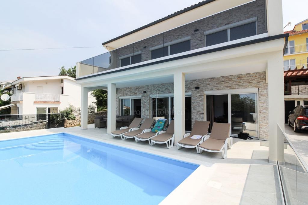 Novi Vinodolski, obiteljska kuća s bazenom, 250 m2