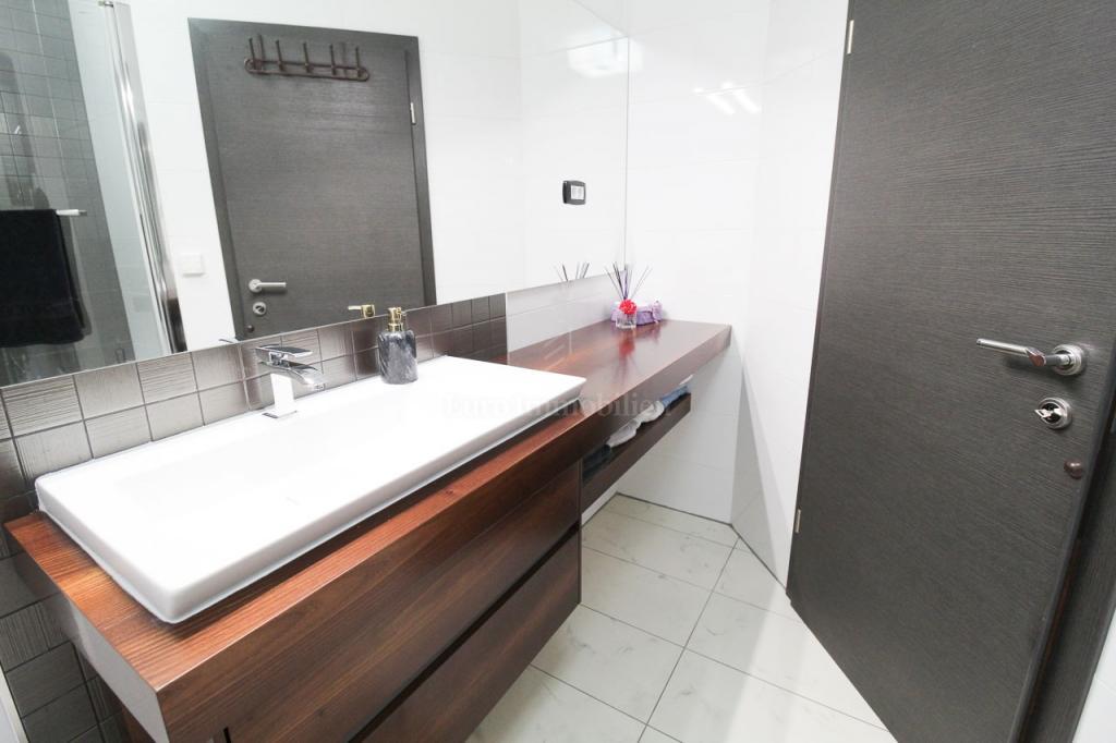 Kostrena, trosobni stan s dnevnim boravkom, 120 m2 s okućnicom površine 296 m2