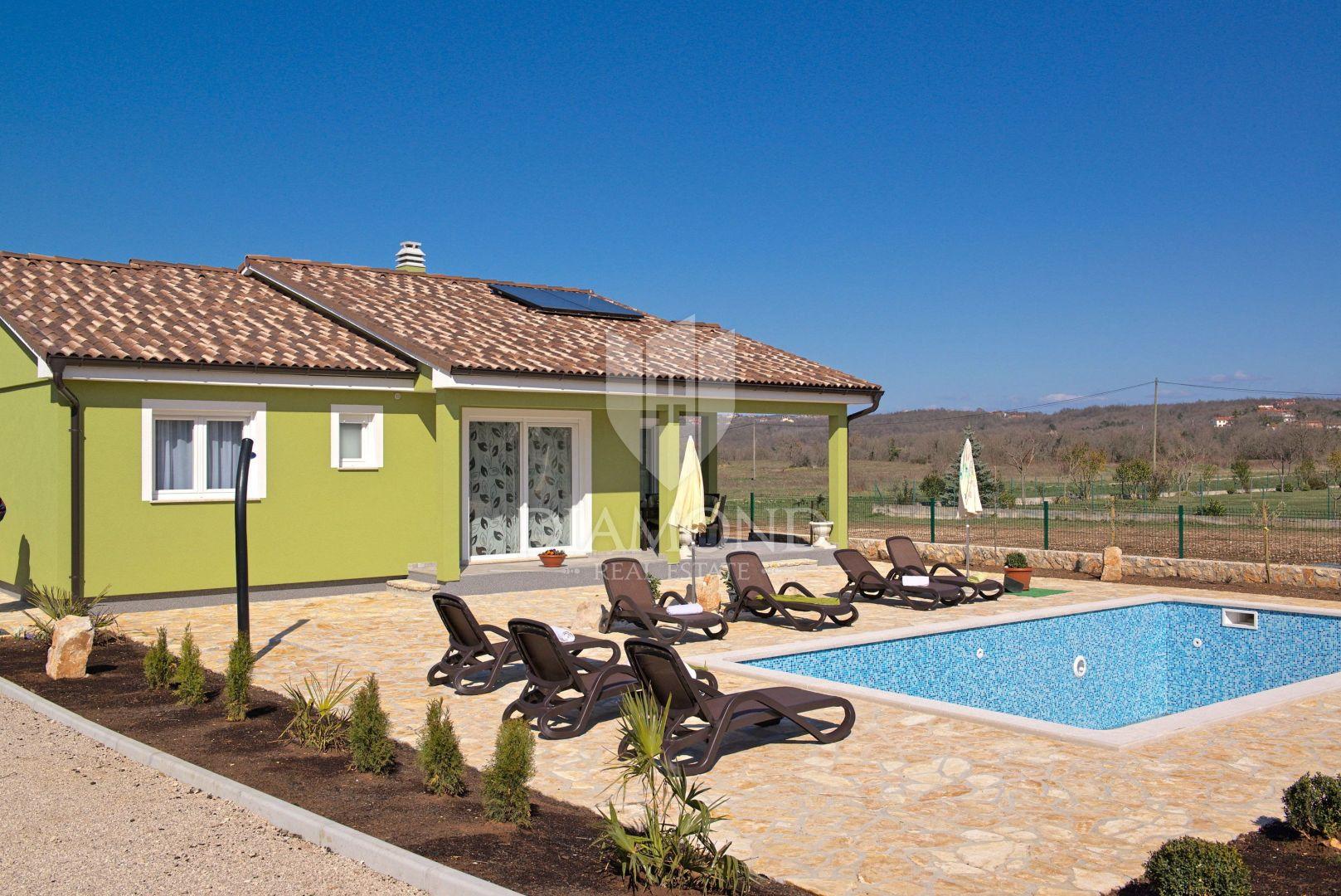 Labin, nova kuća prizemnica sa grijanim bazenom u uređenom naselju