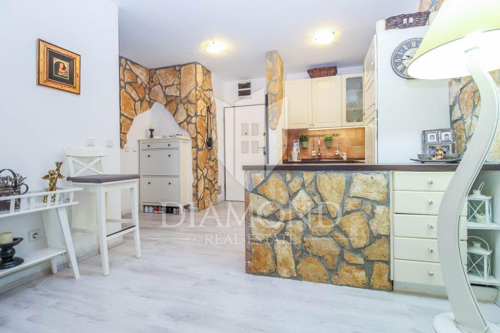 Novigrad, stan u prizemlju s okucnicom 1.red do mora