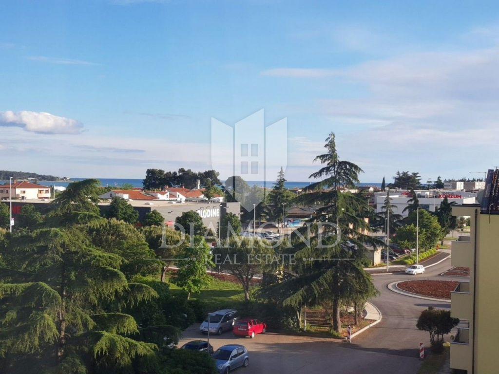 Stan u centru Novigrada s pogledom na more