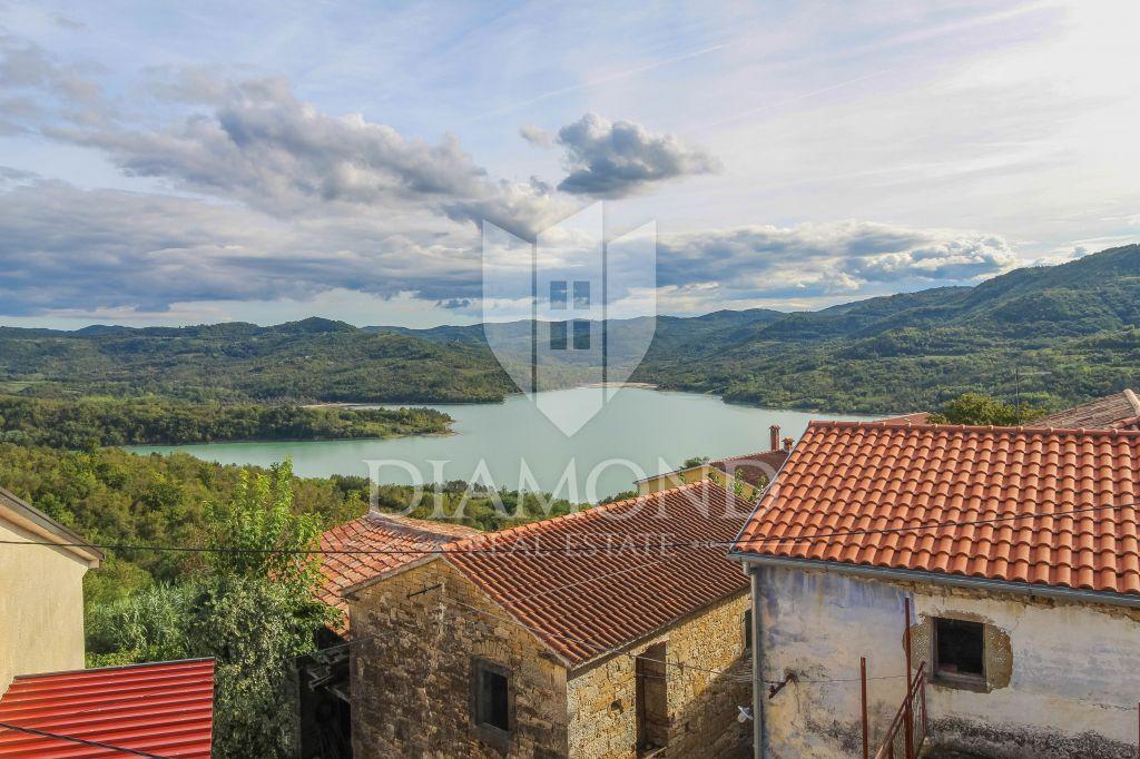 Motovun, okolica, kamena kuća s panoramskim pogledom na jezero
