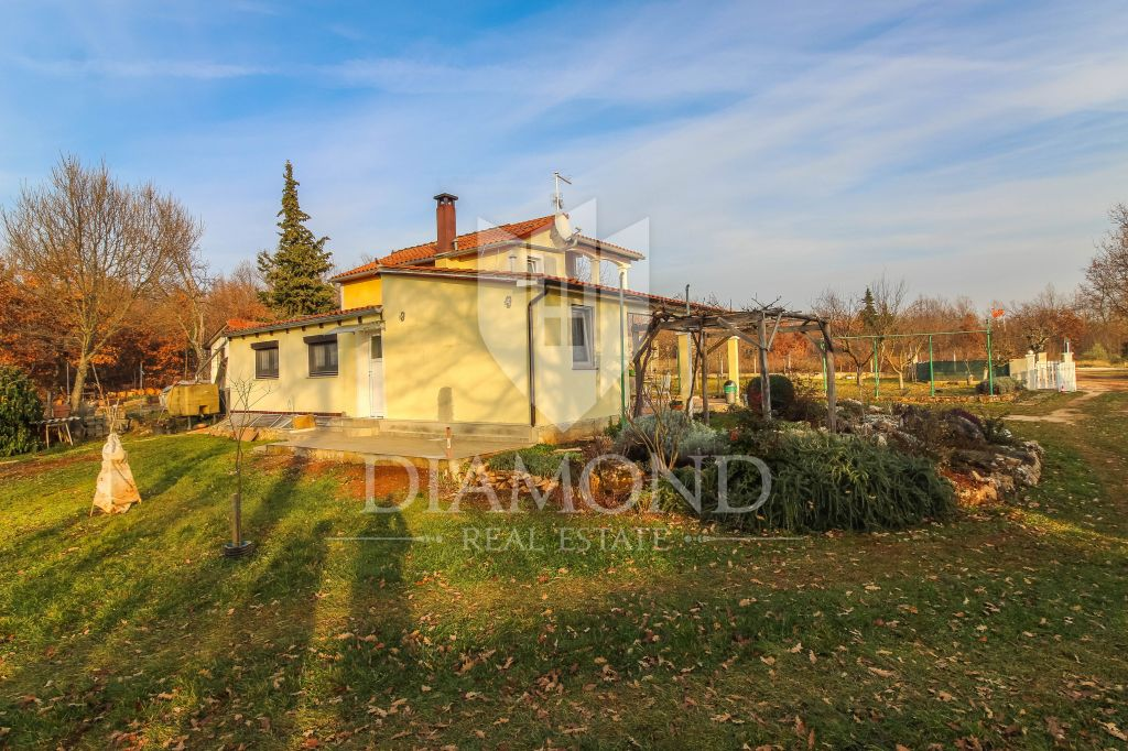 Porec area, house with two apartments on a large plot of land