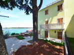 Apartment in the center of Novigrad with a roof terrace, 1st row from the sea