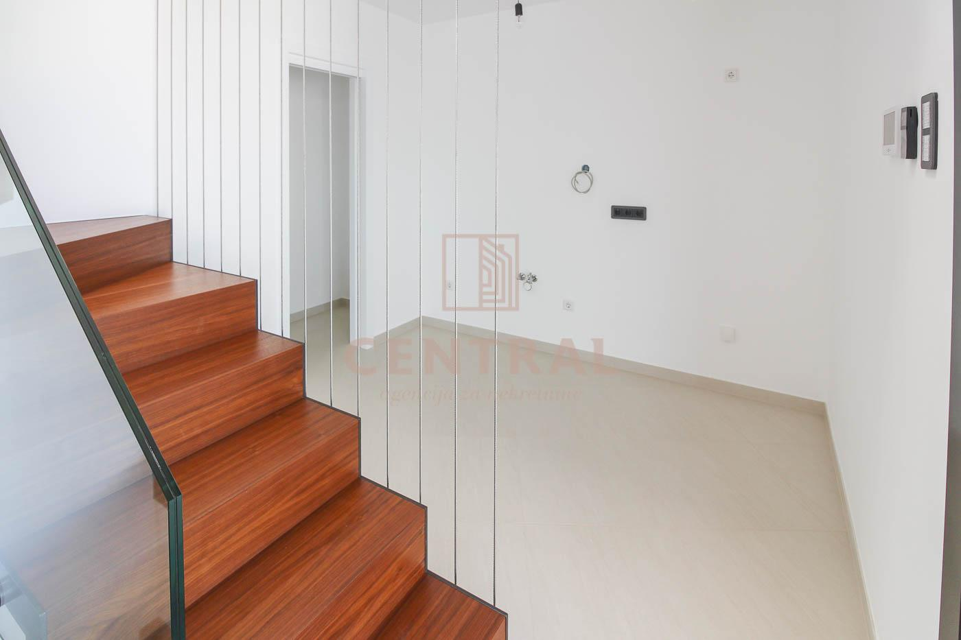 Malinska, otok Krk, obiteljska vila na tri etaže, površine 180 m2 sa pripadajućim dvorištem od 251 m2