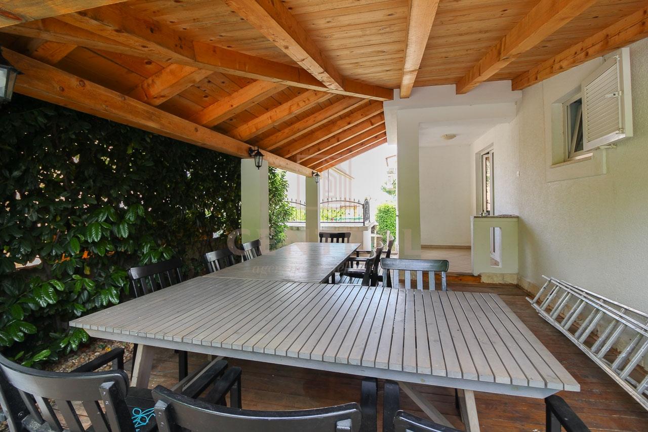 Čižići, otok Krk, jednosobni stan s dnevnim boravkom 48 m2, okućnica s bazenom
