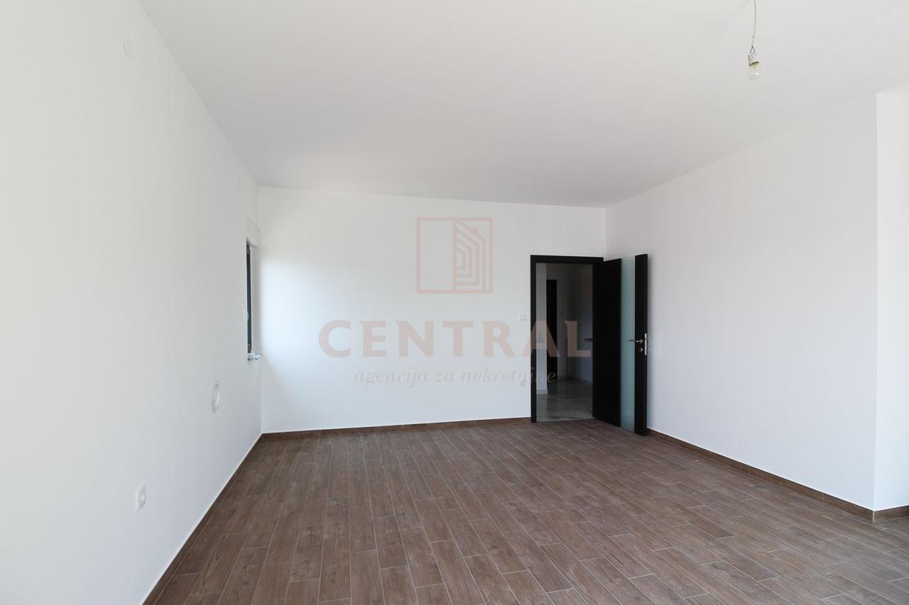 Povile, trosoban stan s dnevnim boravkom 128 m2, s pogledom na more!