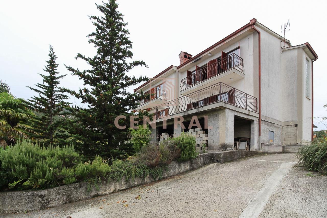 Pobri, kuća (dvije dvojne kuće) 420m2