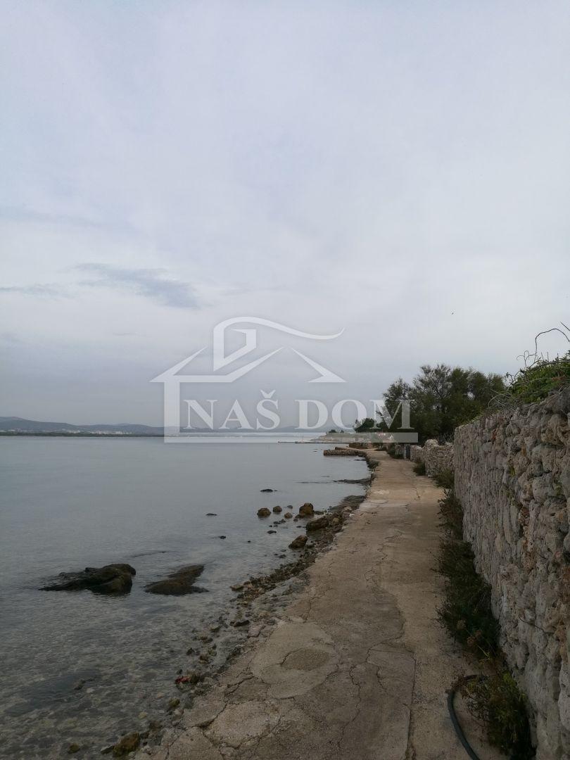 Prvić, otok- Kuća sa zemljištem 1081m2 prvi red do mora