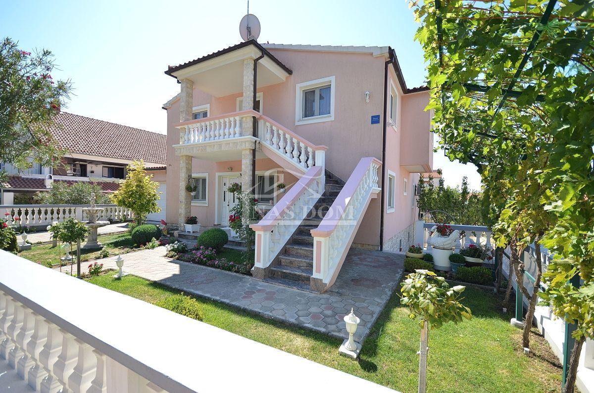 Vodice- Apartmanska kuća sa dvorištem i garažom