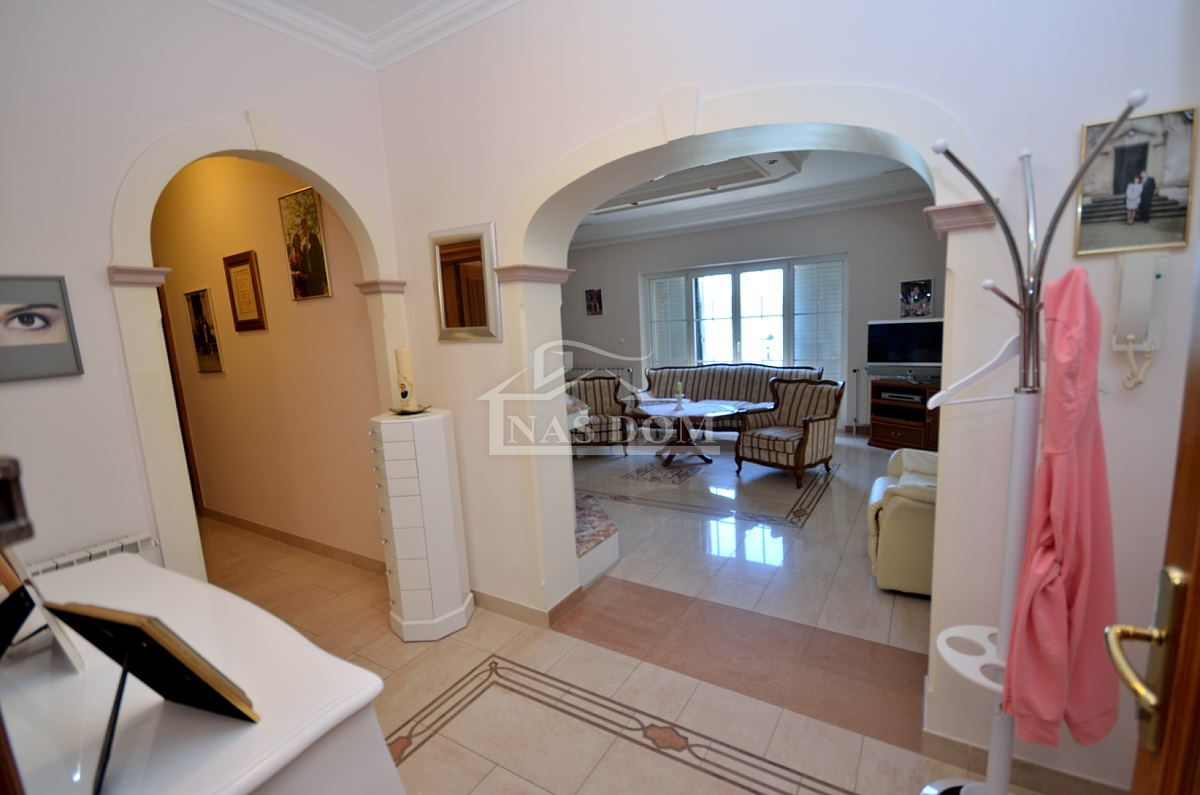 Srima, luksuzna kuća sa  5 apartmana, 50m od plaže