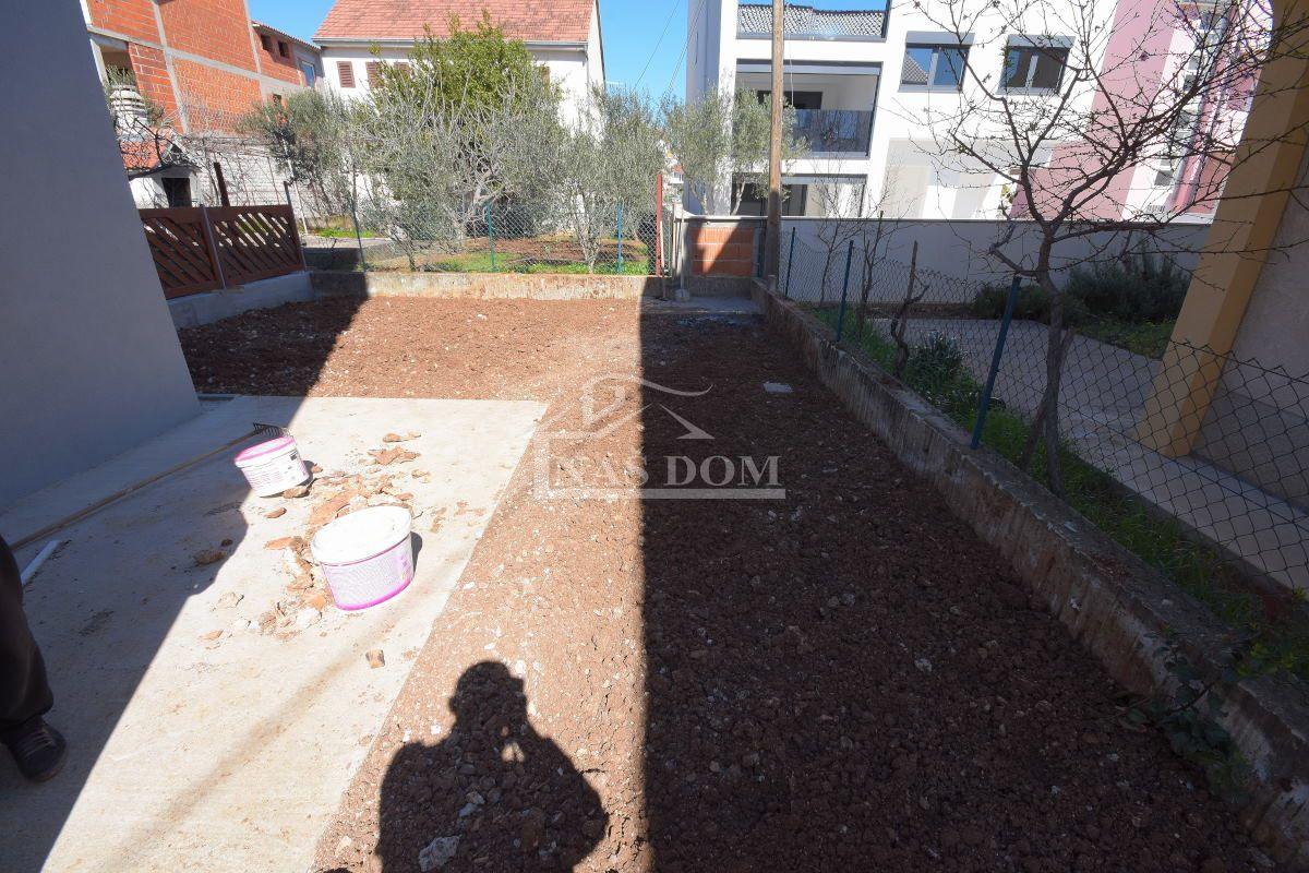 Vodice -novogradnja  trosoban stan sa vrtom ,  I kat.